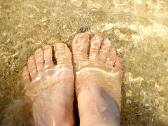 photo of toes in the water in Hawaii